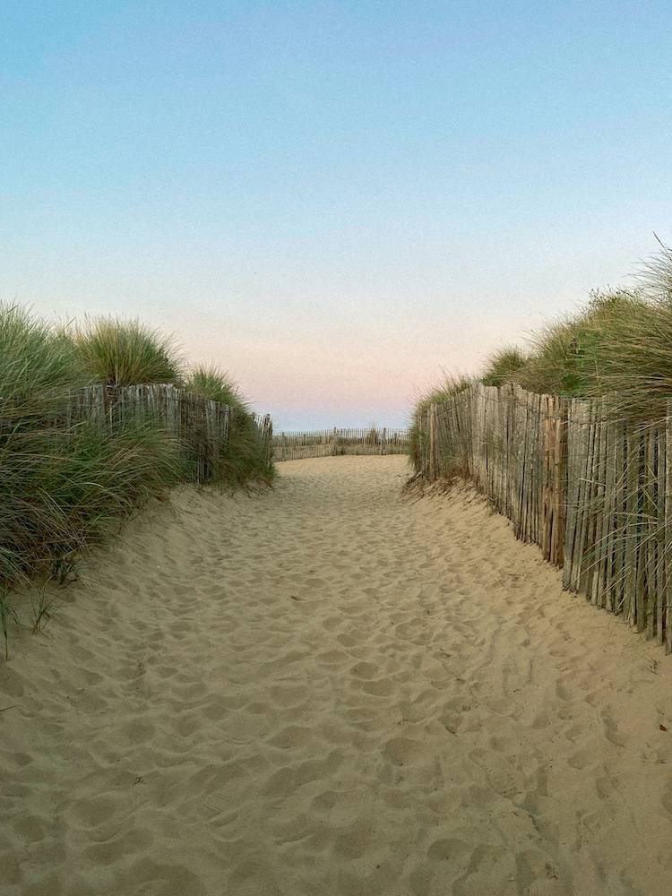 A sandy beach in Greatstone next to Dungeness